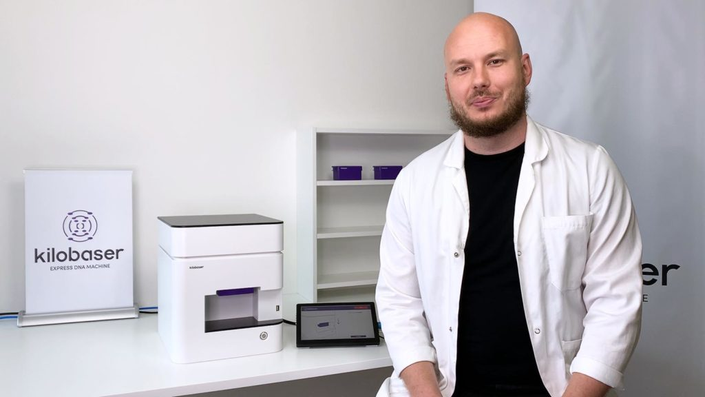 Kilobasers CEO, Alexander Murer, explaining how to change a Kilobaser cartridge for DNA Synthesis